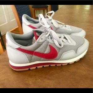 NWOT Retro Women's Nike running shoes. Size 7.5.